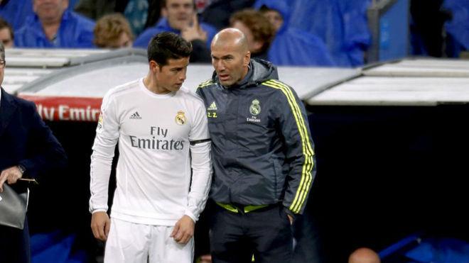 Zidane da instrucciones a James durante un partido con el Real Madrid