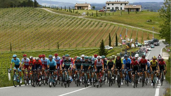 Pelotón en plena carrera del reciente Giro de Italia