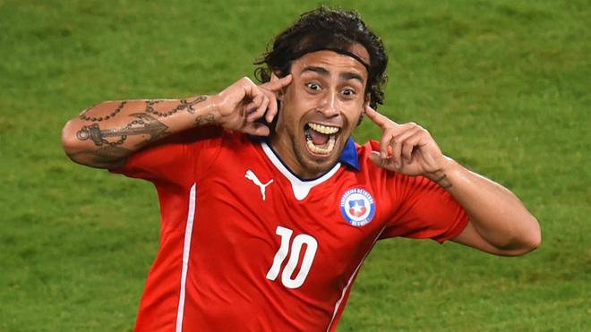 Jorge Valdivia celebra un gol con la camiseta de Chile.