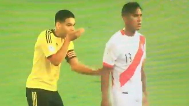 La imagen de la polémica entre el Colombia vs Perú de 2017 / Captura...