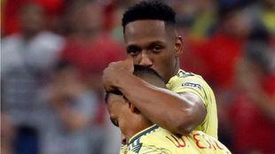 Yerry Mina consuela a Tesillo tras fallar éste el penalti