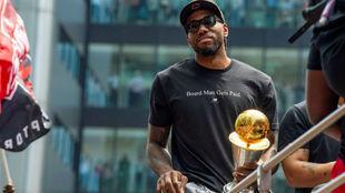 Kawhi Leonard celebrando el título de la NBA conquistado con los...