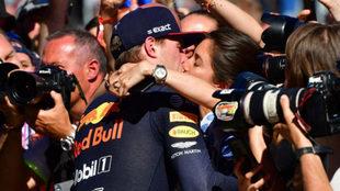 Verstappen, besando a su novia tras la victoria en Austria / AFP