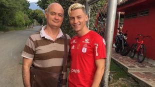 Nicholas Llanos, con su padre Mauricio, durante su etapa en el...