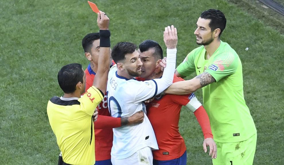 Messi y Medel ven la tarjeta roja en el partido por el tercer puesto.