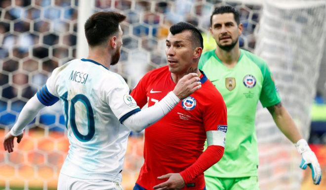 Messi y Medel se empujan antes de recibir la roja.