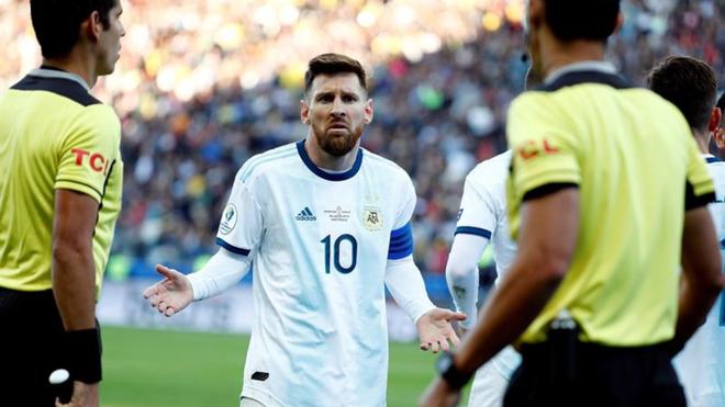 Lionel Messi le reclama a Mario Díaz por su expulsión.
