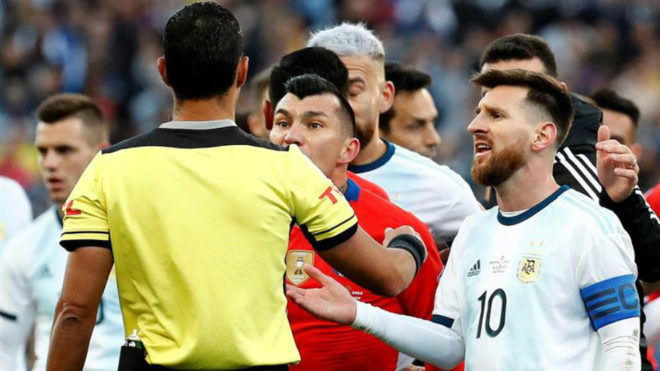 Lionel Messi y Gary Medel le reclaman a Mario Díaz de Vivar.
