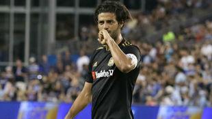 Carlos Vela celebra un gol con Los Ángeles