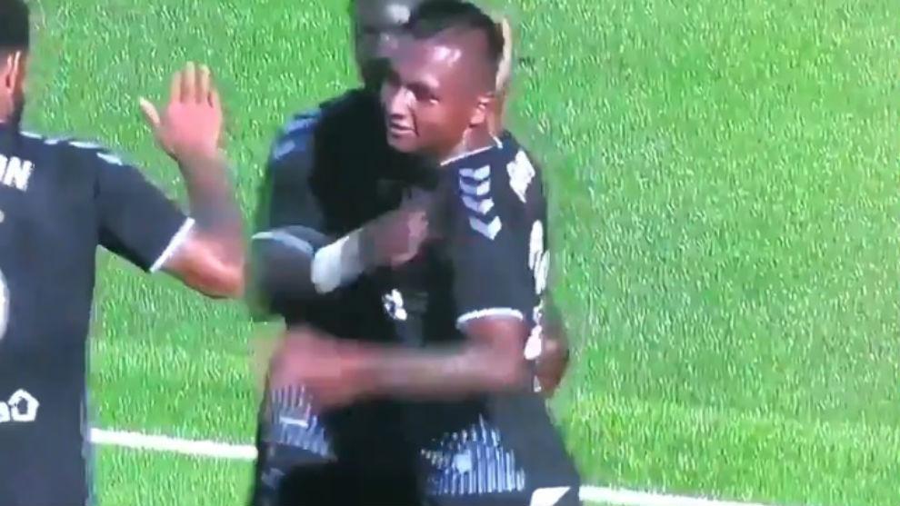 El delantero festeja su primer tanto de la temporada.