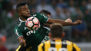 Miguel Ángel Borja durante un choque con el Palmeiras.