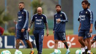 Sampaoli y Dybala, durante un entrenamiento con Argentina