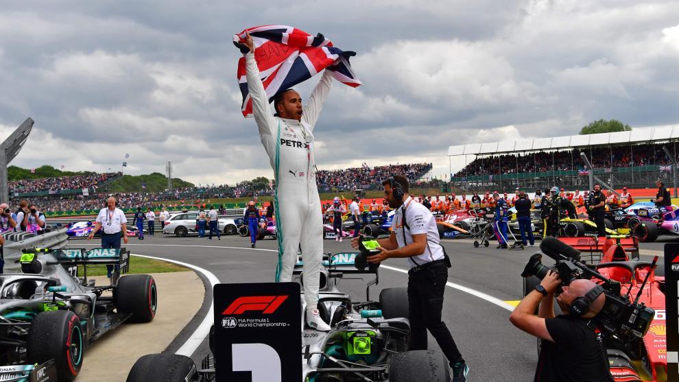 Hamilton brilla en casa y Sainz acaba sexto tras otra gran remontada