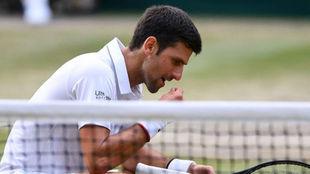 Djokovic se lleva a la boca un trozo de hierba.