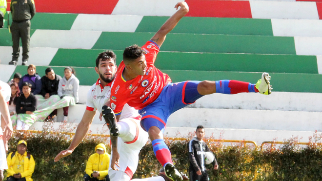 Nicolás Gil y Éder Castañeda disputan el balón durante el choque...