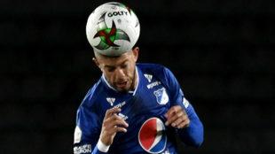 Matías de los Santos cabecea el balón durante un compromiso con...