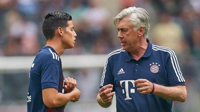 James y Ancelotti dialogan previo a un partido del Bayern de Múnich.