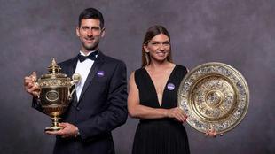 Djokovic y Halep posan con los trofeos en la cena de campeones.