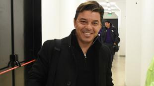 Marcelo Gallardo sonríe mientras le fotografían