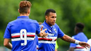 Jeison Murillo es felicitado por su compañero de equipo Valerio...