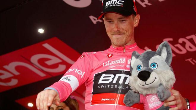 Dennis vestido de rosado líder en el Giro de Italia