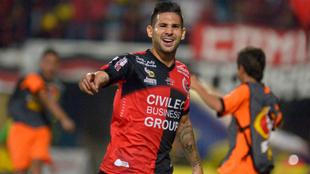 Jhonathan Agudelo celebra un gol con la camiseta de Cúcuta.