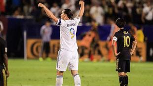 Ibrahimovic y Carlos Vela en el duelo Los Angeles Galaxy vs Los...