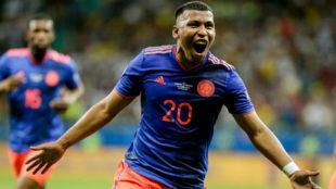 Roger Martínez celebra un gol con la camiseta de la Selección...