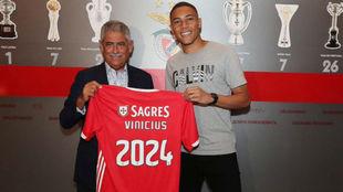 Carlos Vinícius (24), junto al presidente del Benfica, Luis Filipe...