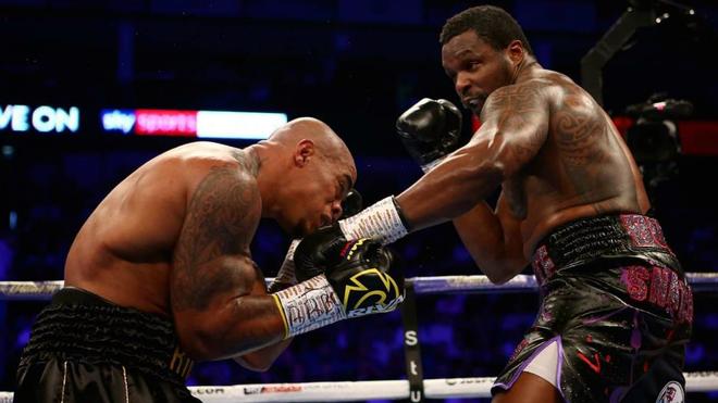 Momento de la pelea entre Óscar Rivas y Dillian Whyte.