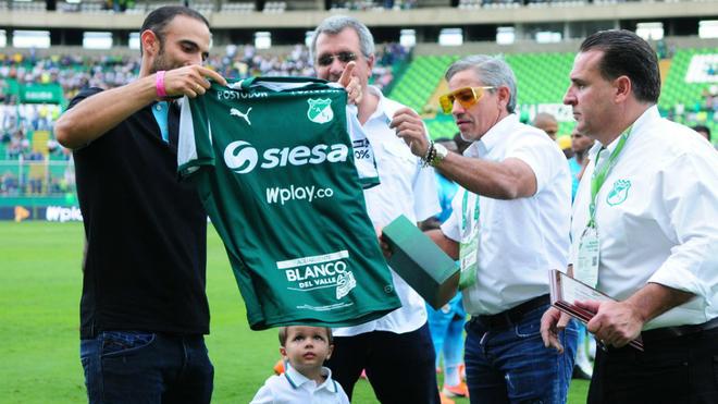 Juan Sebastián Cabal recibe la camiseta del Deportivo Cali.