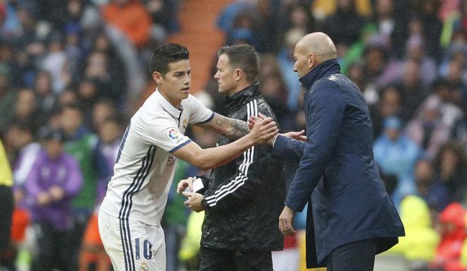 James y Zidane se saludan durante un partido del Real Madrid.