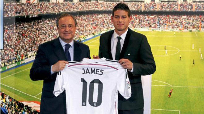 James Rodríguez, junto a Florentino, el día de su presentación como...