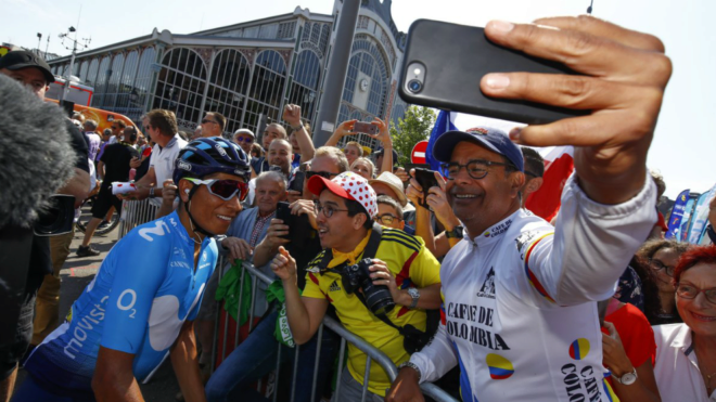 Nairo Quintana recibiendo el reconocimiento de la gente en pleno Tour...