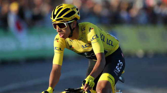Egan Bernal vestido de amarillo líder