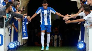Luis Díaz saluda a unos hinchas del Oporto durante su presentación.