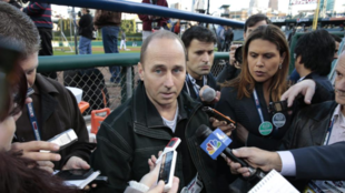 Brian Cashman habla con periodistas / Jeff Kowalskyefe