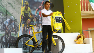 Egan Bernal ofreciéndoles su camiseta amarilla del campeón del Tour...