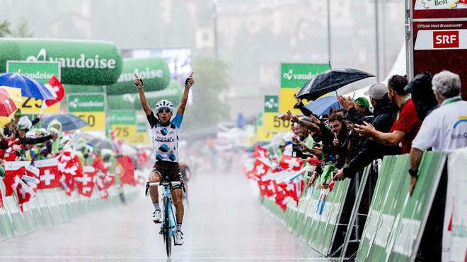 Pozzovivo celebrando la victoria en la Vuelta a Suiza 2017 / MARCA