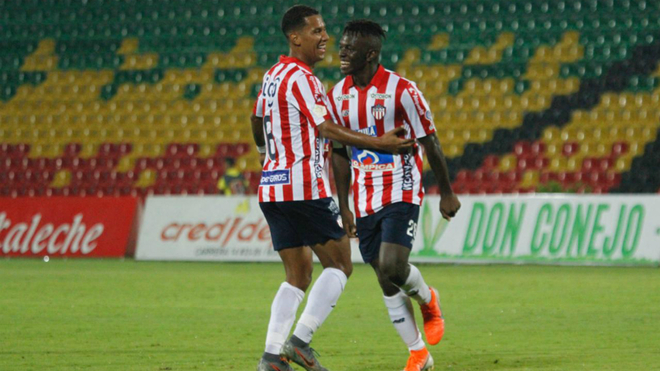 James Sánchez felicita a Edwuin Cetré por su gol.