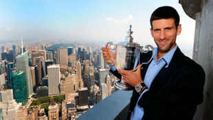 Novak Djokovic sostiene el trofeo del US Open.