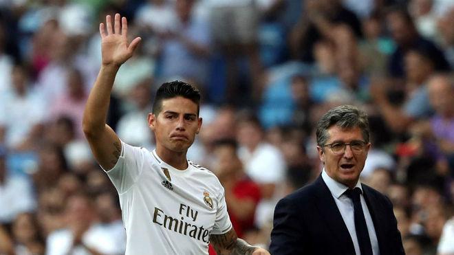 James Rodríguez saluda a la afición del Santiago Bernabéu después...