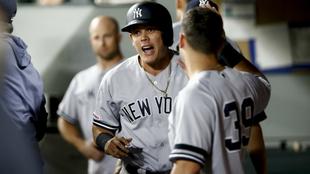 Gio Urshela saluda a Mike Tauchman durante un partido con los Yankees...