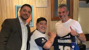 Diego Maradona junto a Morla y Pellegrini, presidente de Gimnasia.