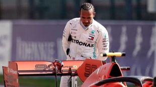 Lewis Hamilton observa el Ferrari tras el GP de Bélgica / AFP