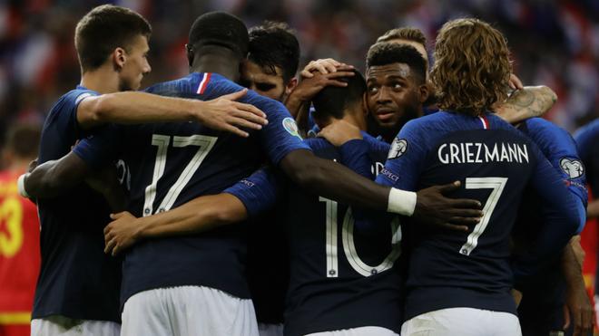 Los jugadores franceses se abrazan tras una anotación.