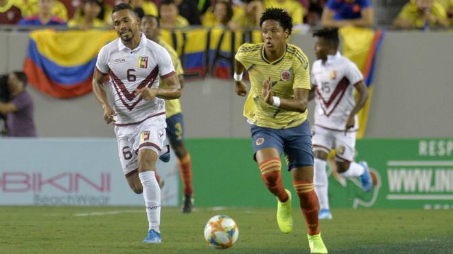 Yairo Moreno controla el balón ante la marca de Yangel Herrera.