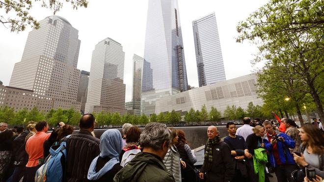 Personas cerca de los monumentos conmemorativos del 11 de Septiembre...