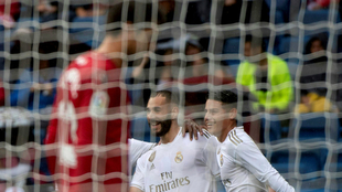 Benzema y James celebran un gol del Real Madrid.