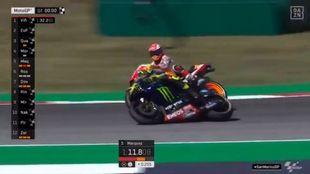 El momento del toque entre Márquez y Rossi